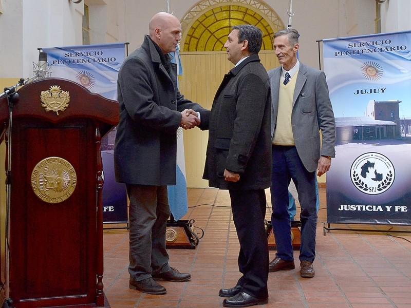 El ministro Meyer posesionó a Ins. Gral. (R) Morales como Director
