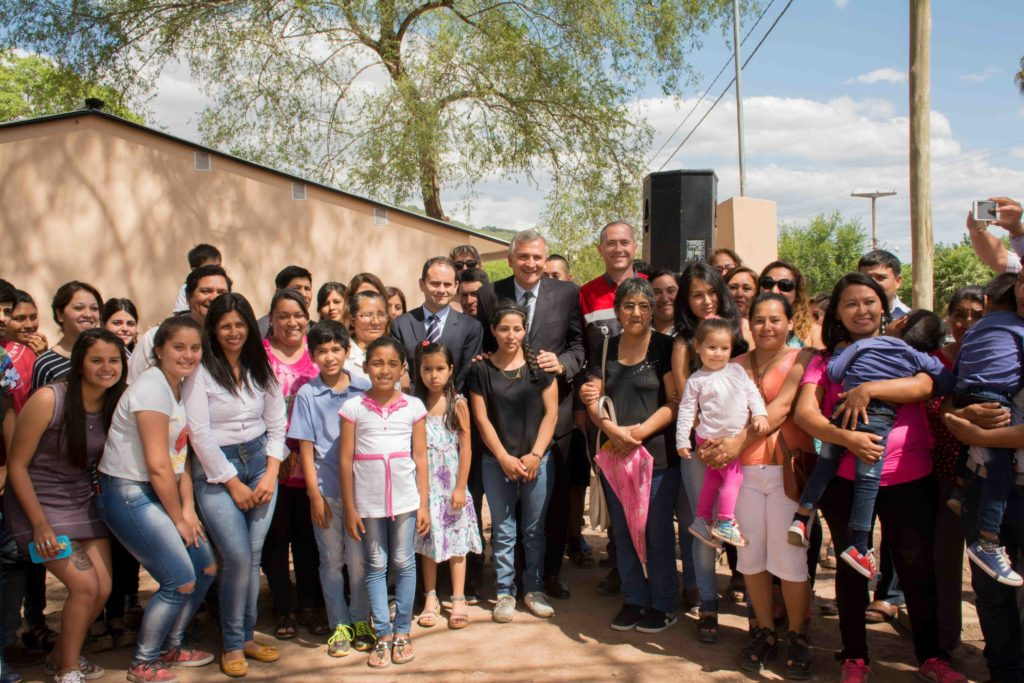 El gobernador  junto a autoridades de Holcim entregaron viviendas a familias de Puesto Viejo